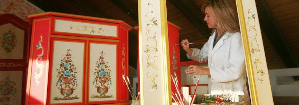 Artigianato trentino mobili decorati a mano in legno for Mobili decorati