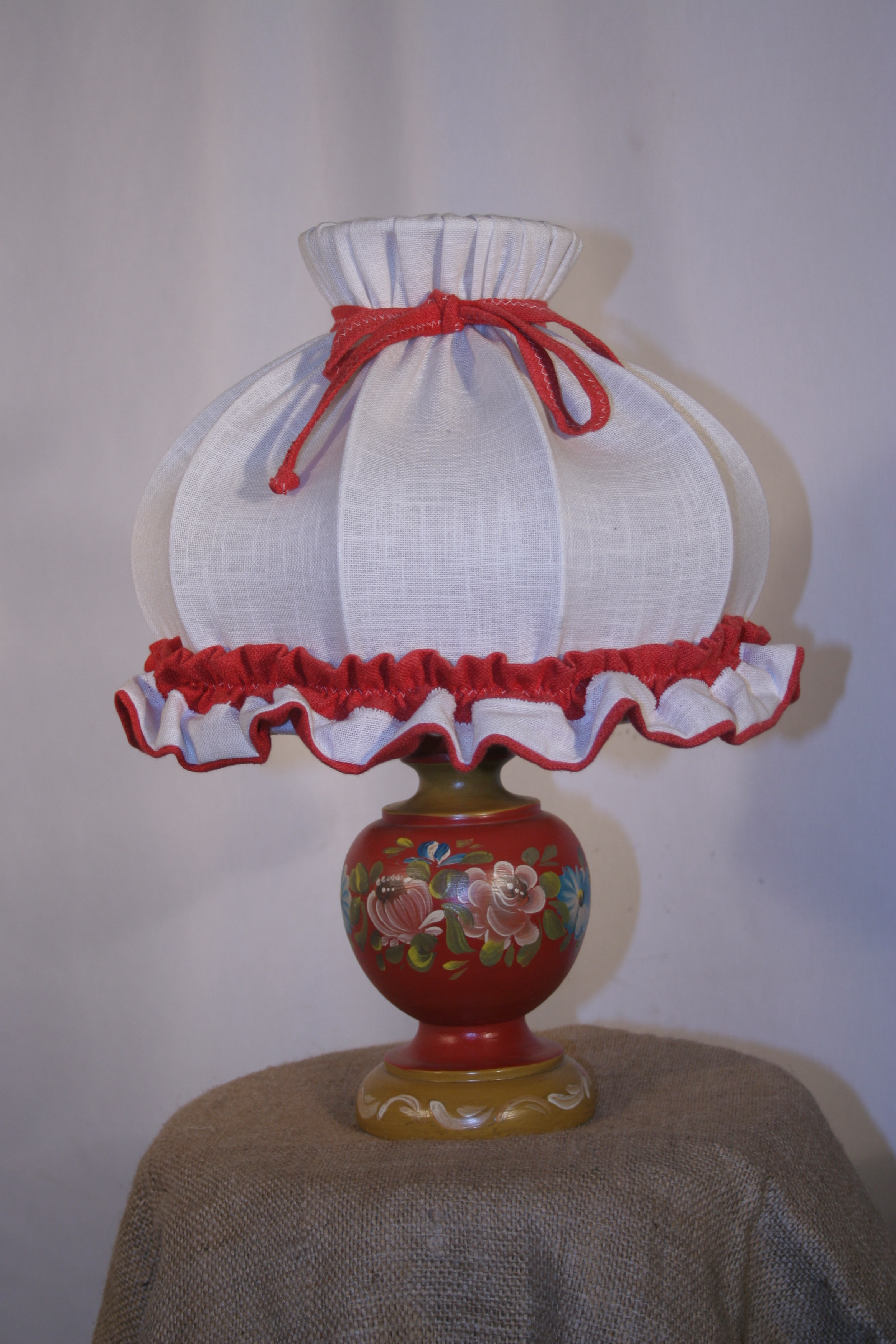 Lampada da tavolo in legno decorato grande for Luce da tavolo
